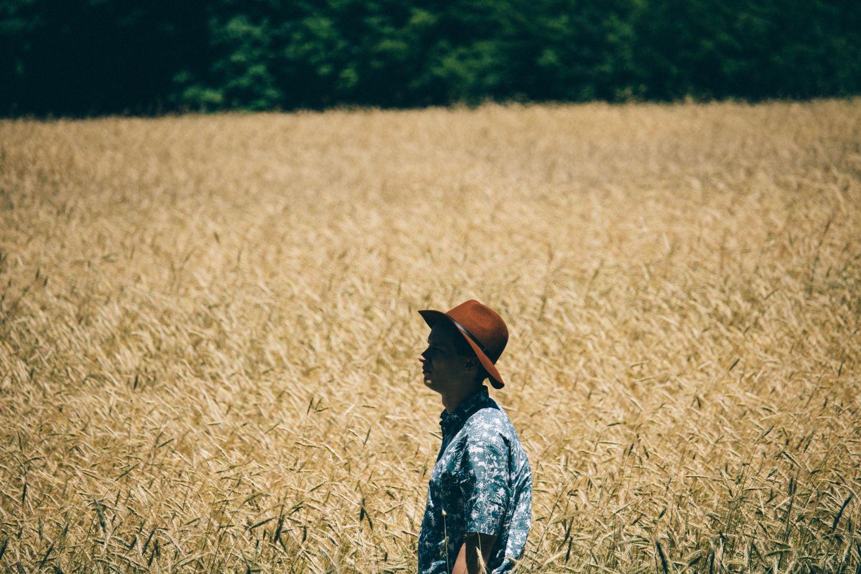 Junger Mann vor einem Feld; Thema: Precision Farming