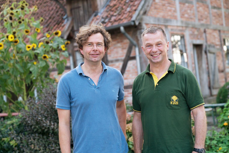 Marc Sandau-Wietfeldt und KWB-Gebietsleiter Rolf Herfordt. Thema: Hackschnitzelheizung
