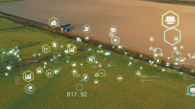 Traktor auf einem Acker; im Vordergrund Symbole für Digitalisierung
